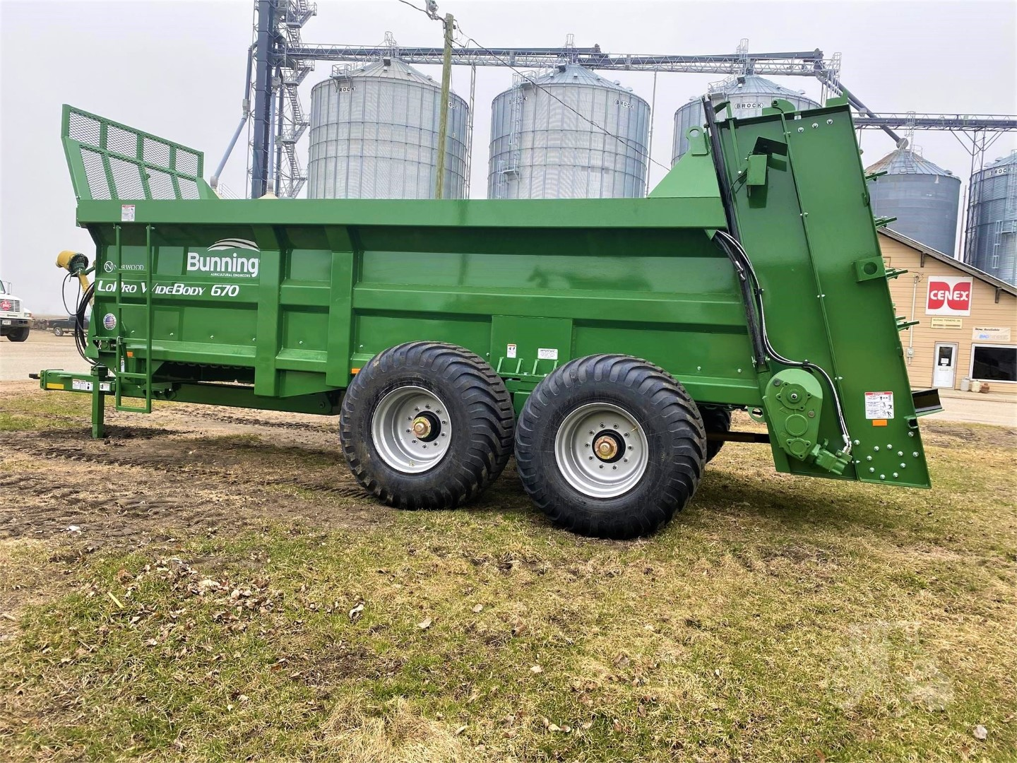 LoPro US670 Widebody with slurry door, lift off augers, stone guard extensions and 600/50 R22.5 wheels